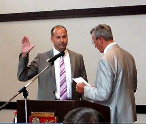 Michael Detzel legt seinem Amtseid ab