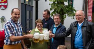 """""""o'zapft is""""! Ortsbürgermeister Michael Detzel mit seinen Beigeordneten Friedel Hartmann und Manfred Lieber und dem 1. Beigeordneten der VG-Kandel, Norbert Knauber"""