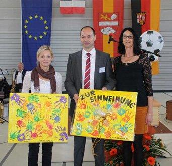 Geschenke der beiden KiTa-Leiterinnen Rebecca Aumüller und Sonja Frohnheißer. Foto: pfalz-express.de
