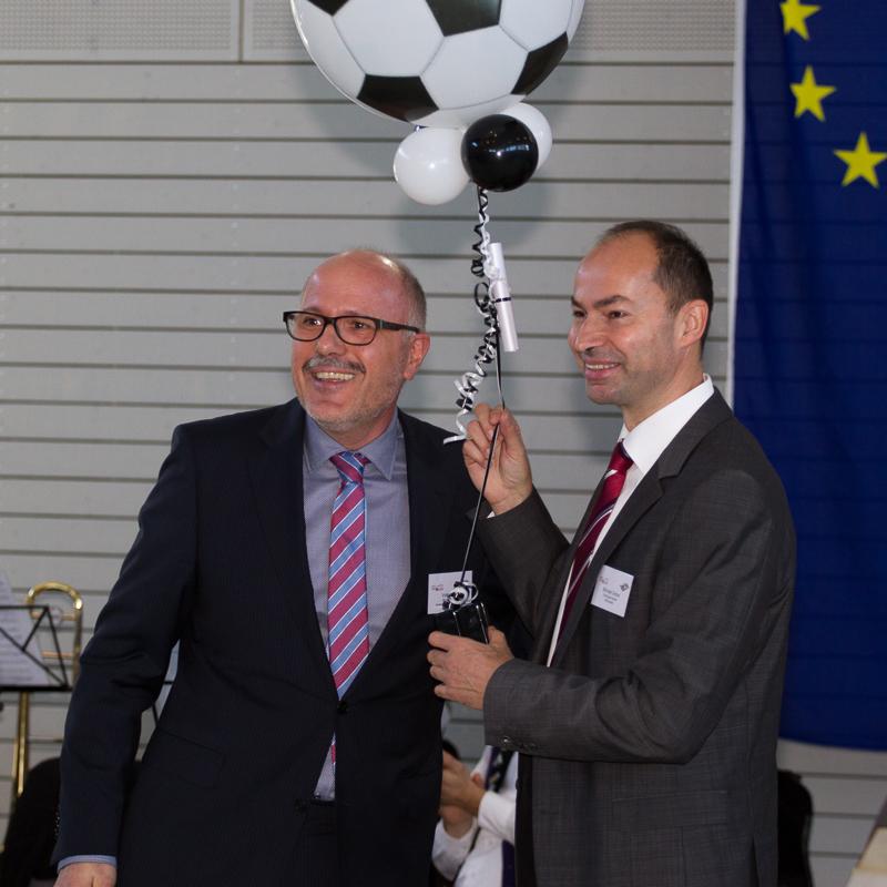 """Ortsbürgermeister Michael Detzel (rechts) und Verbandsbürgermeister Volker Poß, der zur Eröffnung einen """"hallenunschädlichen"""" Fußball mit Anhang mitgebracht hatte."""