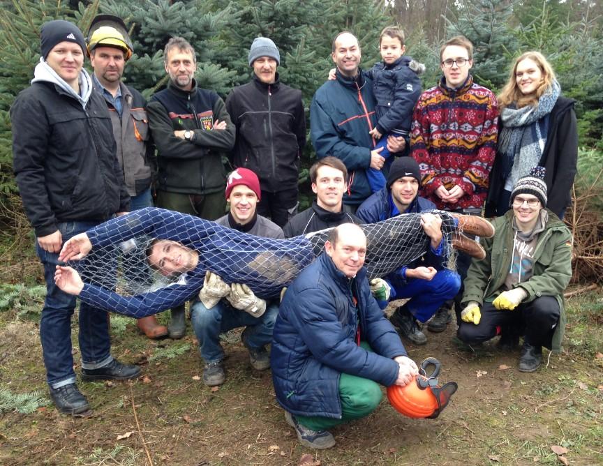 """Gute Stimmung beim Team """"Weihnachtsbaumaktion"""" mit eingenetzter Blautanne """"Yannick"""" :-)"""